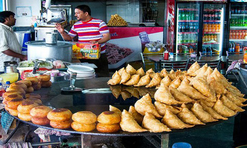 samosa-at-munni-lal-halwai-samosa-shop-gol-market